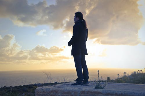 adam, bulutlar, dağ, deniz içeren Ücretsiz stok fotoğraf