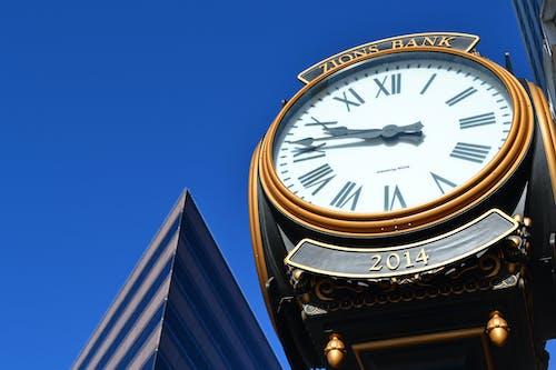 Darmowe zdjęcie z galerii z błękitne niebo, budynek, czas, dzień