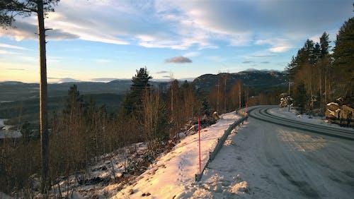 dağ, dağlar, kar yağışlı, kış içeren Ücretsiz stok fotoğraf