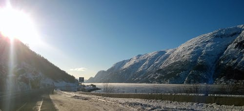 Бесплатное стоковое фото с вода, горы, дневное время, дорога