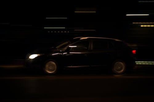 Бесплатное стоковое фото с автомобиль, вождение, движение, ночь