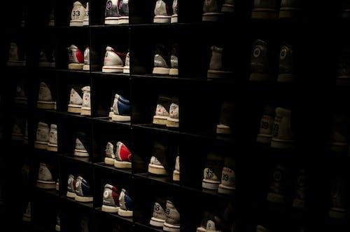 Kostnadsfri bild av bowlingskor, hyllor, Skodon, skohylla