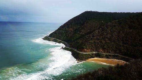 Безкоштовне стокове фото на тему «автомобілі, берег моря, вода, гори»