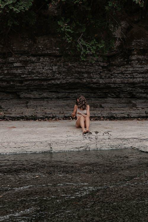 Základová fotografie zdarma na téma dospělý, dřevo, holka