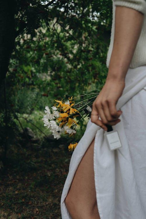 Základová fotografie zdarma na téma dospělý, holka, kytka
