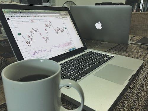 Základová fotografie zdarma na téma bitcoin, černá káva, hrnek na kávu, investice
