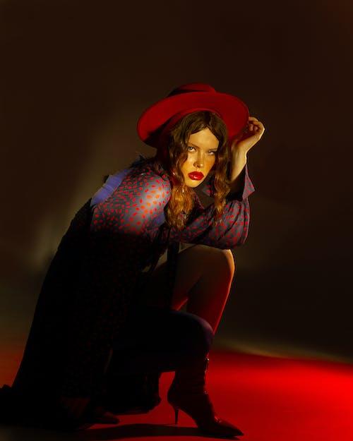 Fotobanka sbezplatnými fotkami na tému červené svetlá, červený klobúk, červený rúž