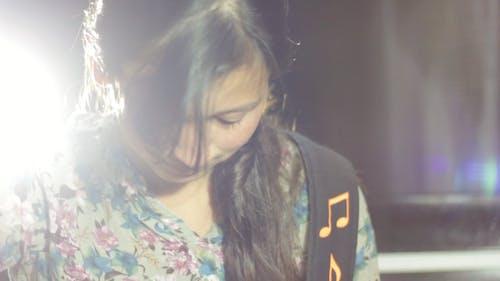 Základová fotografie zdarma na téma holka, hudební přehrávač, kytara, žárovka