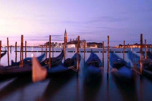 Foto profissional grátis de água, arquitetura, barcos, borrão