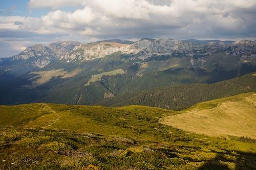 흐린 하늘 아래 녹색 산맥