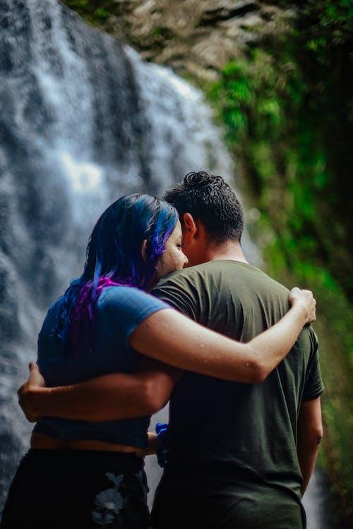Foto profissional grátis de abraço, adulto, afeição