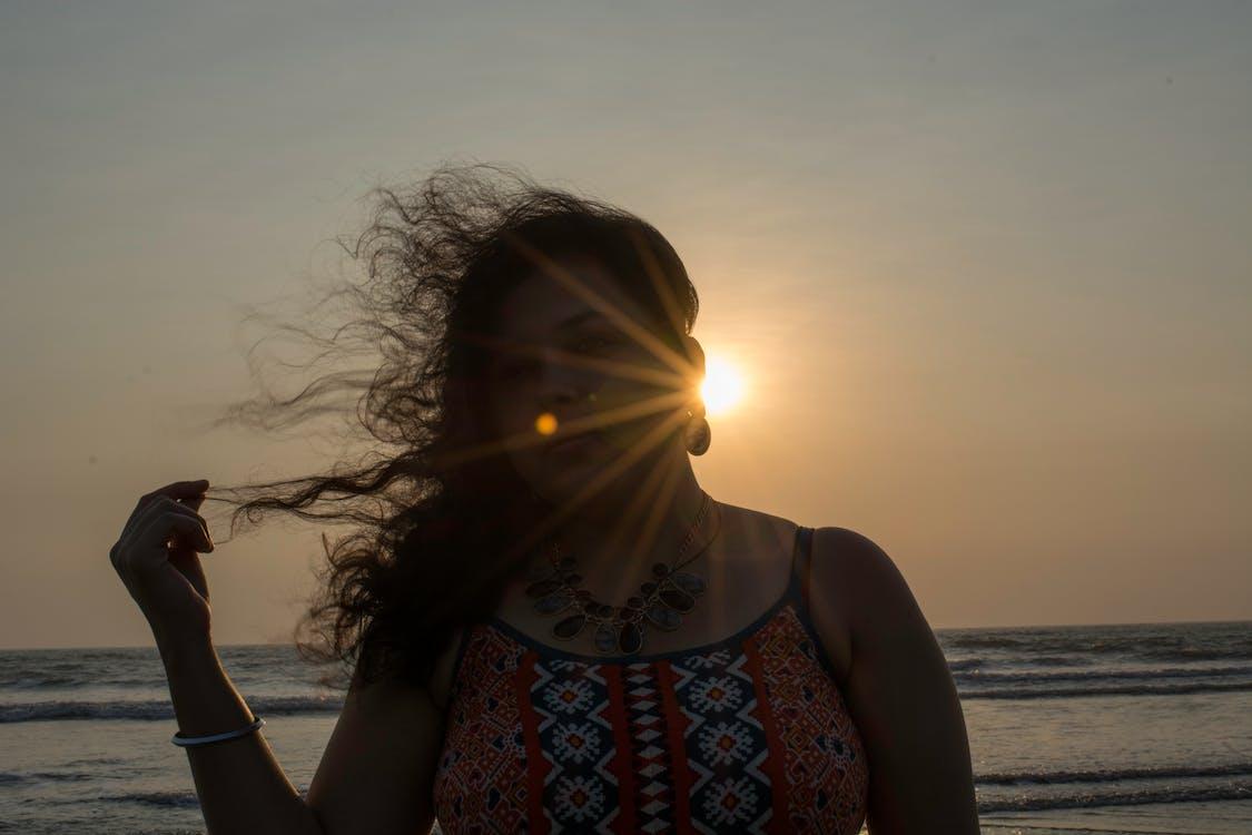 grelles sonnenlicht, hübsch, lockiges haar