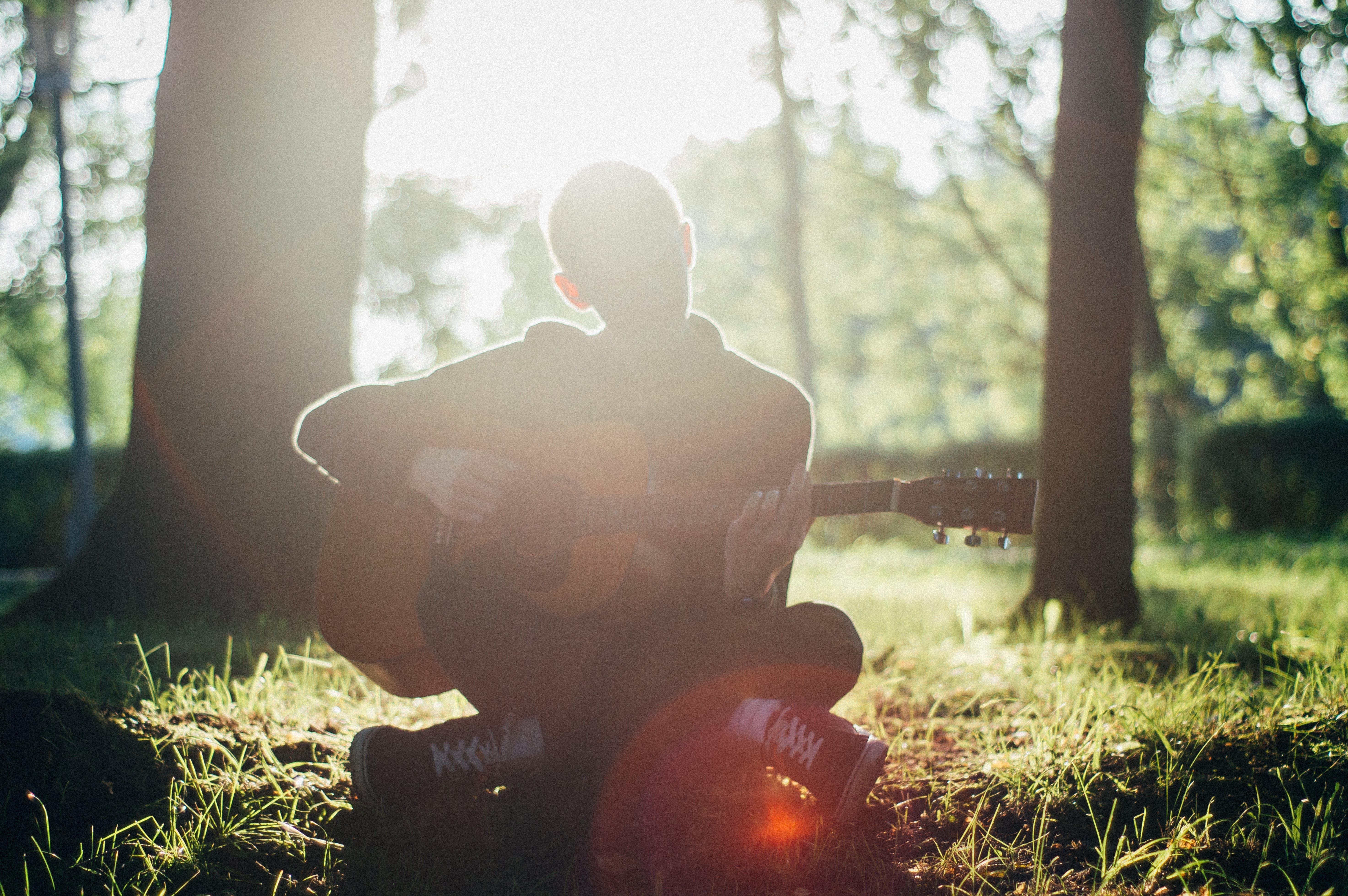 Kostenloses Stock Foto zu akustische gitarre, bokeh, draußen, fokus
