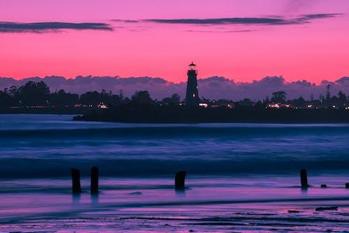 Бесплатное стоковое фото с вечер, вода, волны, город