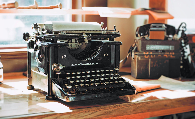 Ilmainen kuvapankkikuva tunnisteilla käsin, kirjoituskone, kirjoituspöytä, koneet