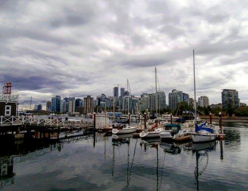 Imagine de stoc gratuită din apă de mare, barcă, centrul orașului, cer înnorat