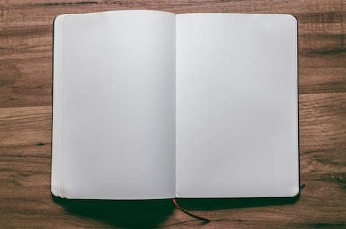 Gratis arkivbilde med åpen bok, design, dokument, flat lay