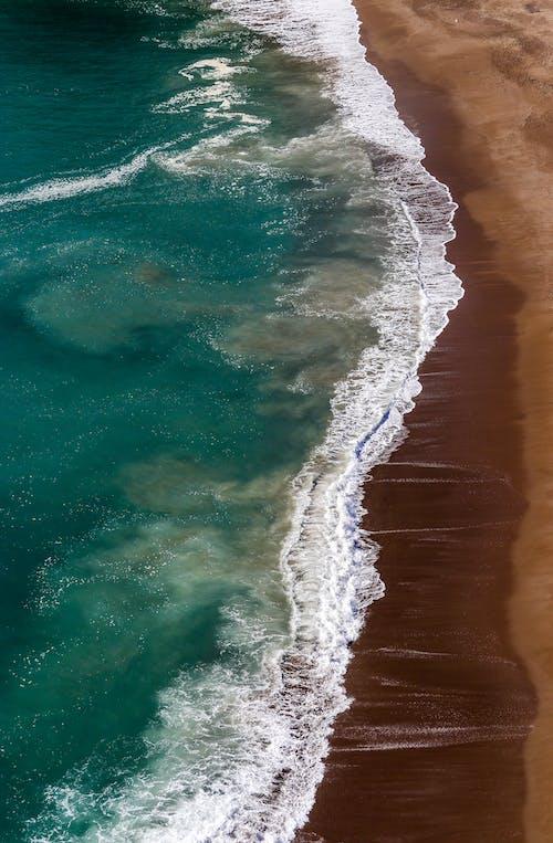 Darmowe zdjęcie z galerii z biały, fala, morze, niebieski