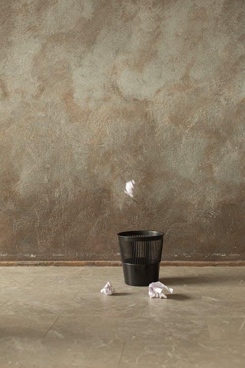 쓰레기통에 구겨진 종이 던지기