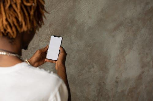 Osoba Trzymająca Czarny Smartfon