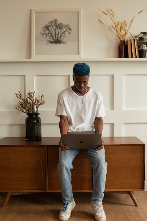 Pria Fokus Melihat Laptop