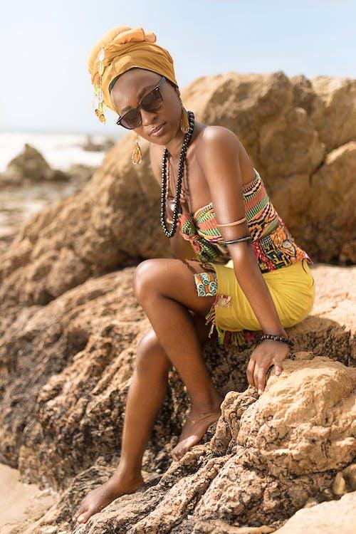 Ilmainen kuvapankkikuva tunnisteilla afroamerikkalaiset naiset, asento, aurinkolasit, helmet