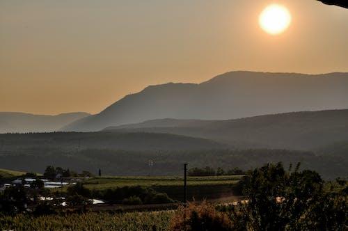 Δωρεάν στοκ φωτογραφιών με Ανατολή ηλίου, αυγή, βουνά, γήπεδο