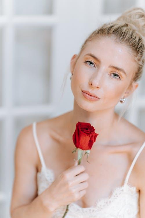 Foto stok gratis berambut pirang, bunga, dalam ruangan