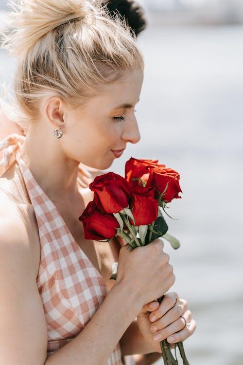 Foto stok gratis berambut pirang, berbau, bunga-bunga