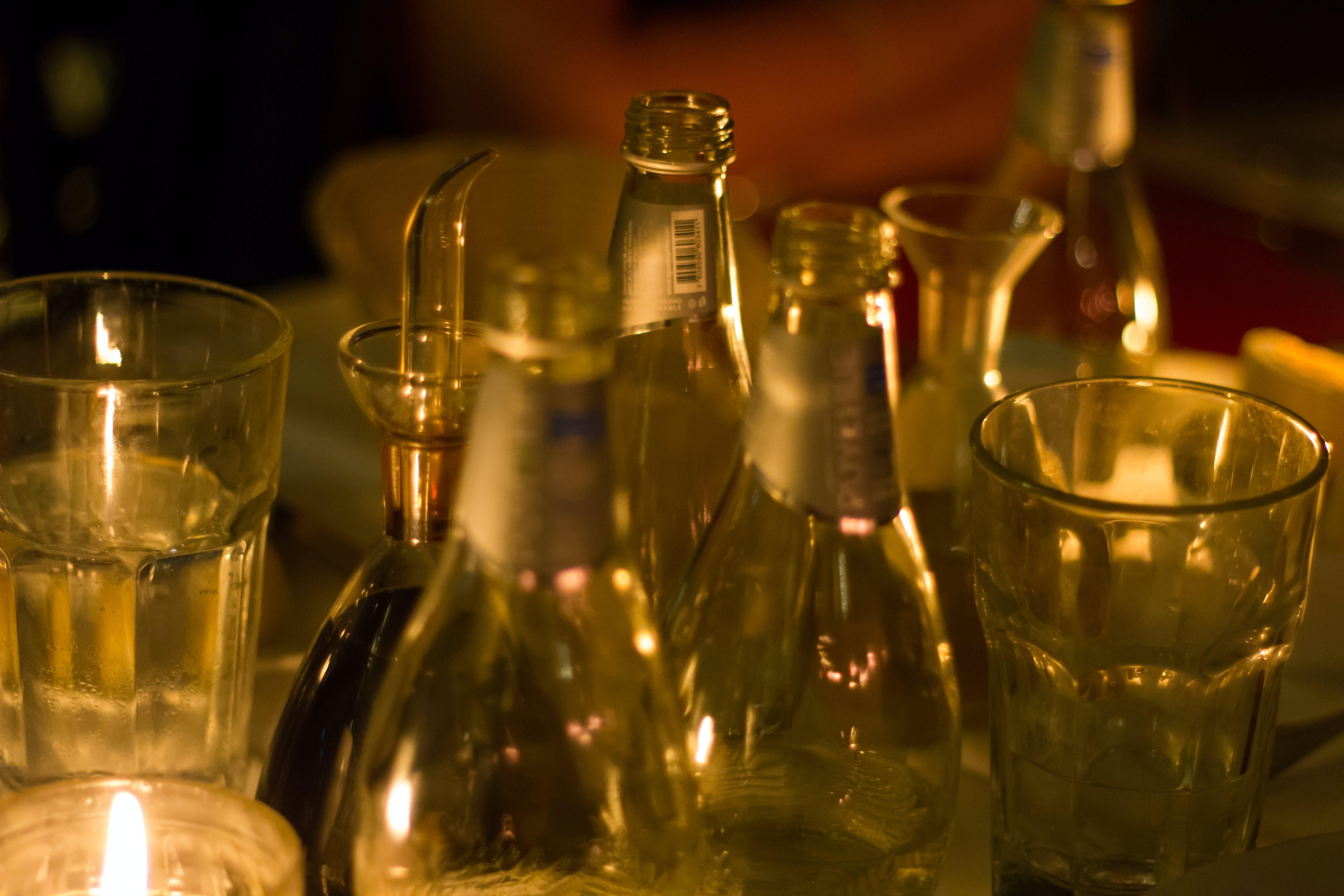 Kostenloses Stock Foto zu abendessen, flaschen, glas, kerzenlicht