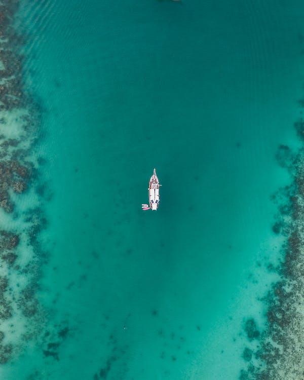Barco Blanco En Cuerpo De Agua