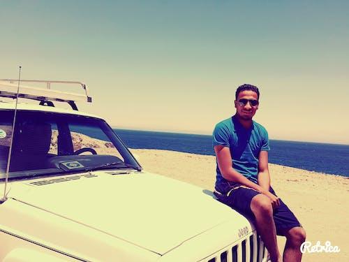 남자, 바다, 사막, 자동차의 무료 스톡 사진