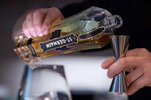 Бесплатное стоковое фото с алкогольный напиток, бармен, наливать, рука