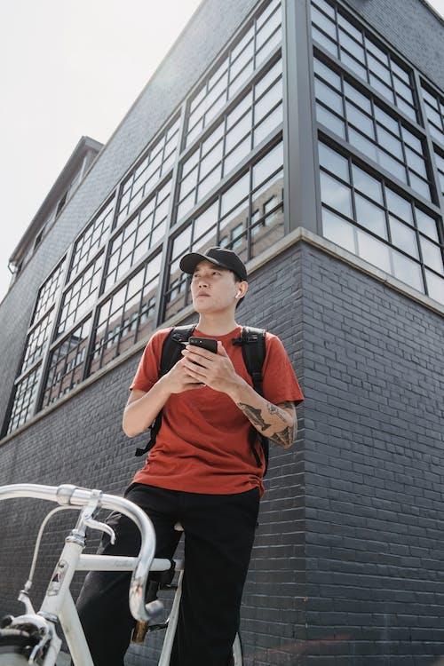 Kostenloses Stock Foto zu asiatischer mann, baseball kappe, draußen