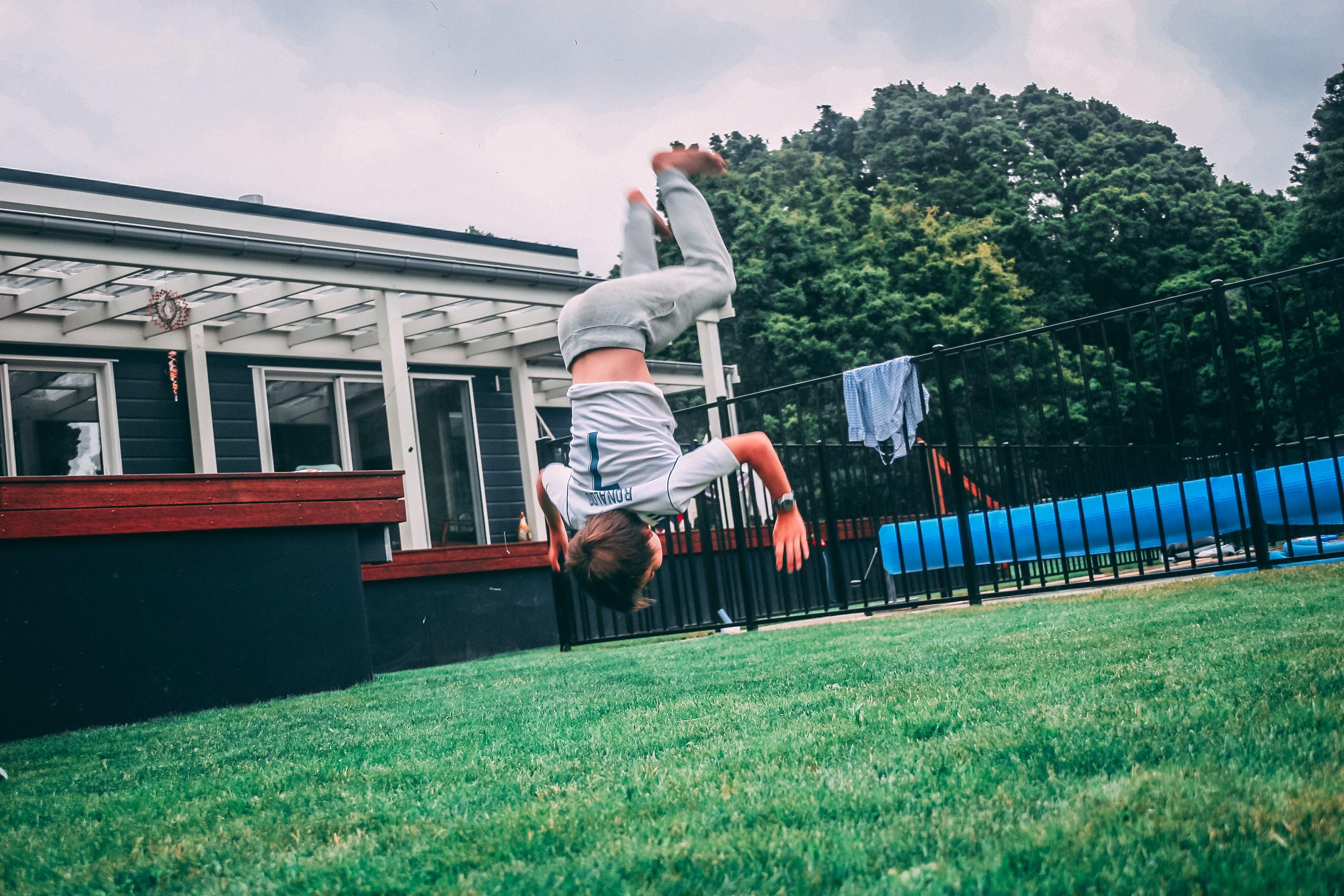 Kostenloses Stock Foto zu action, akrobatik, bäume, bewegung