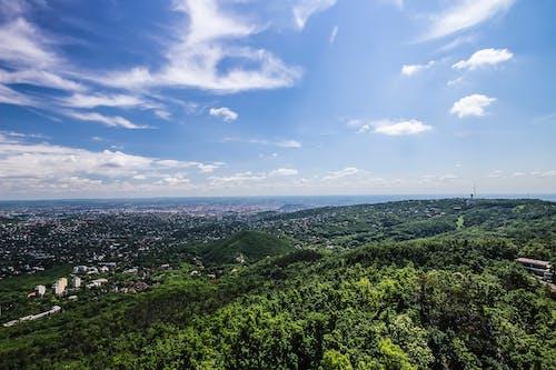 Fotobanka sbezplatnými fotkami na tému kopce, krajina, mesto, mraky