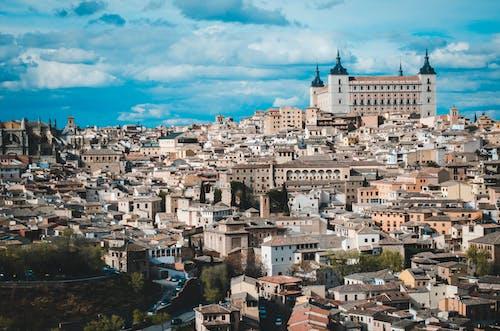 Ilmainen kuvapankkikuva tunnisteilla arkkitehtuuri, katedraali, katot, katu
