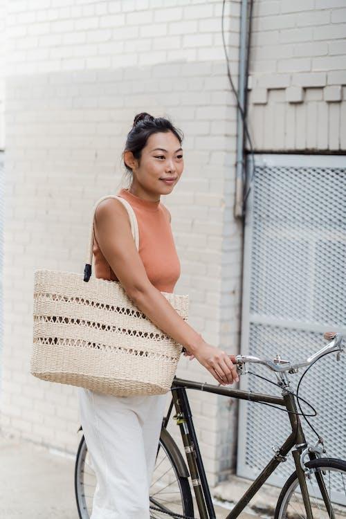 Бесплатное стоковое фото с азиатка, велосипед, вертикальный выстрел