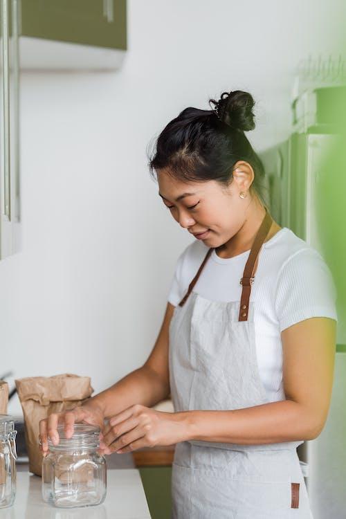 Gratis stockfoto met aanrecht, Aziatische vrouw, glazen pot