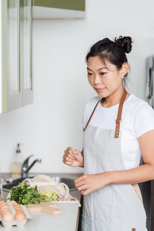 Mujer En Delantal Preparándose Para Cocinar