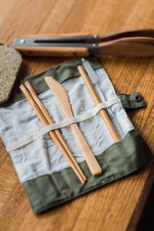 木製の箸と木製のパン切り包丁のクローズアップ写真