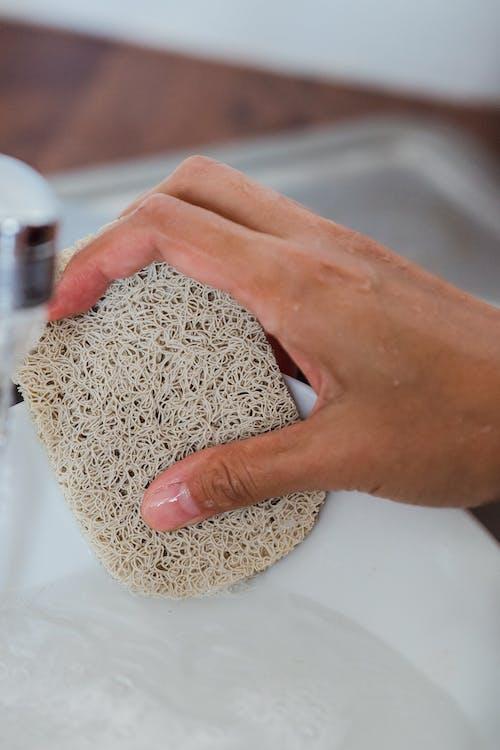 Nahaufnahme Einer Person, Die Das Geschirr Wäscht