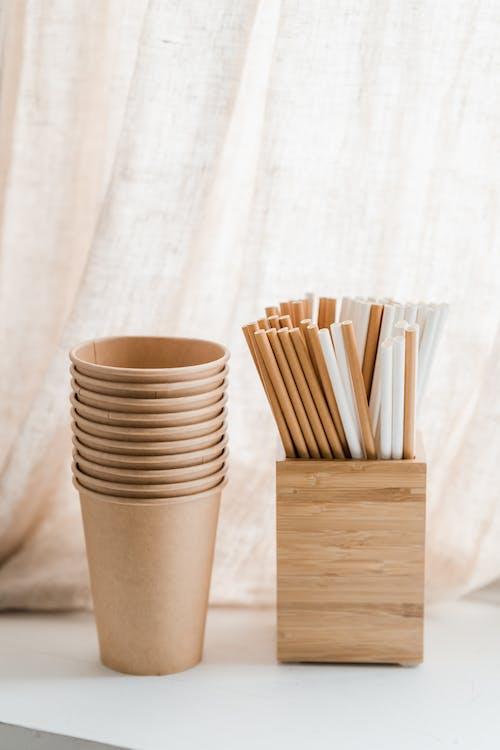 木箱吸管附近的一堆棕色纸杯
