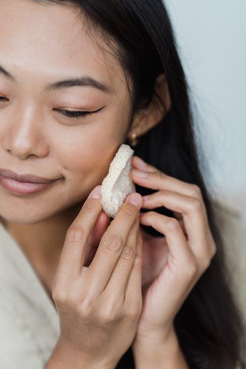 Nahaufnahme Einer Frau Bei Ihrer Gesichtspflege Routine