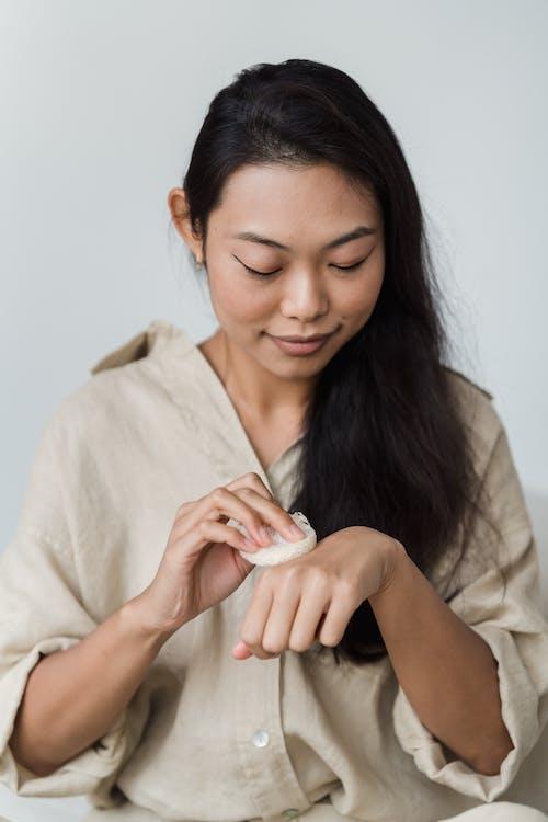 Frau Bei Ihrer Hautpflege Routine