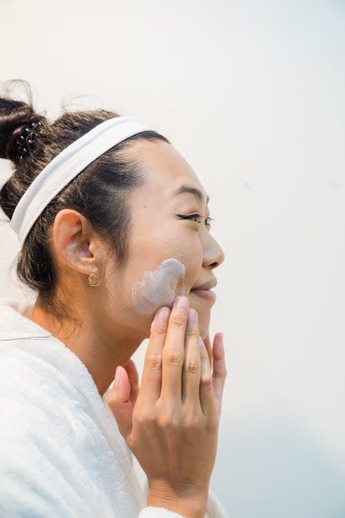 Kostenloses Stock Foto zu asiatische frau, beauty-produkt, bewirbt sich