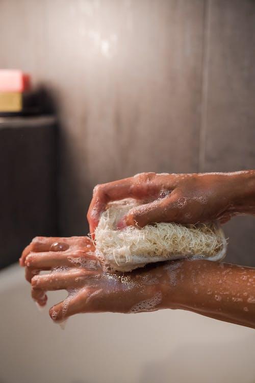 Foto Ravvicinata Di Una Persona Che Usa Uno Scrub Per Il Corpo