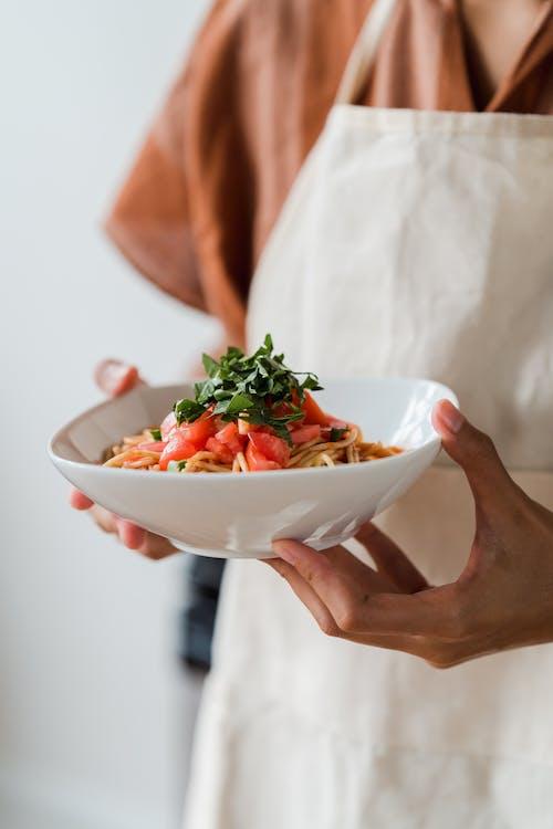 一個人拿著一碗美味意大利面的特寫照片