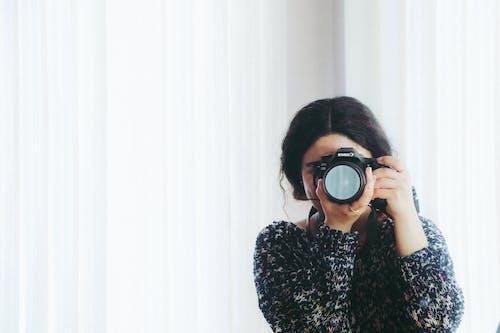 Foto d'estoc gratuïta de blanc, cabell, càmera, dama