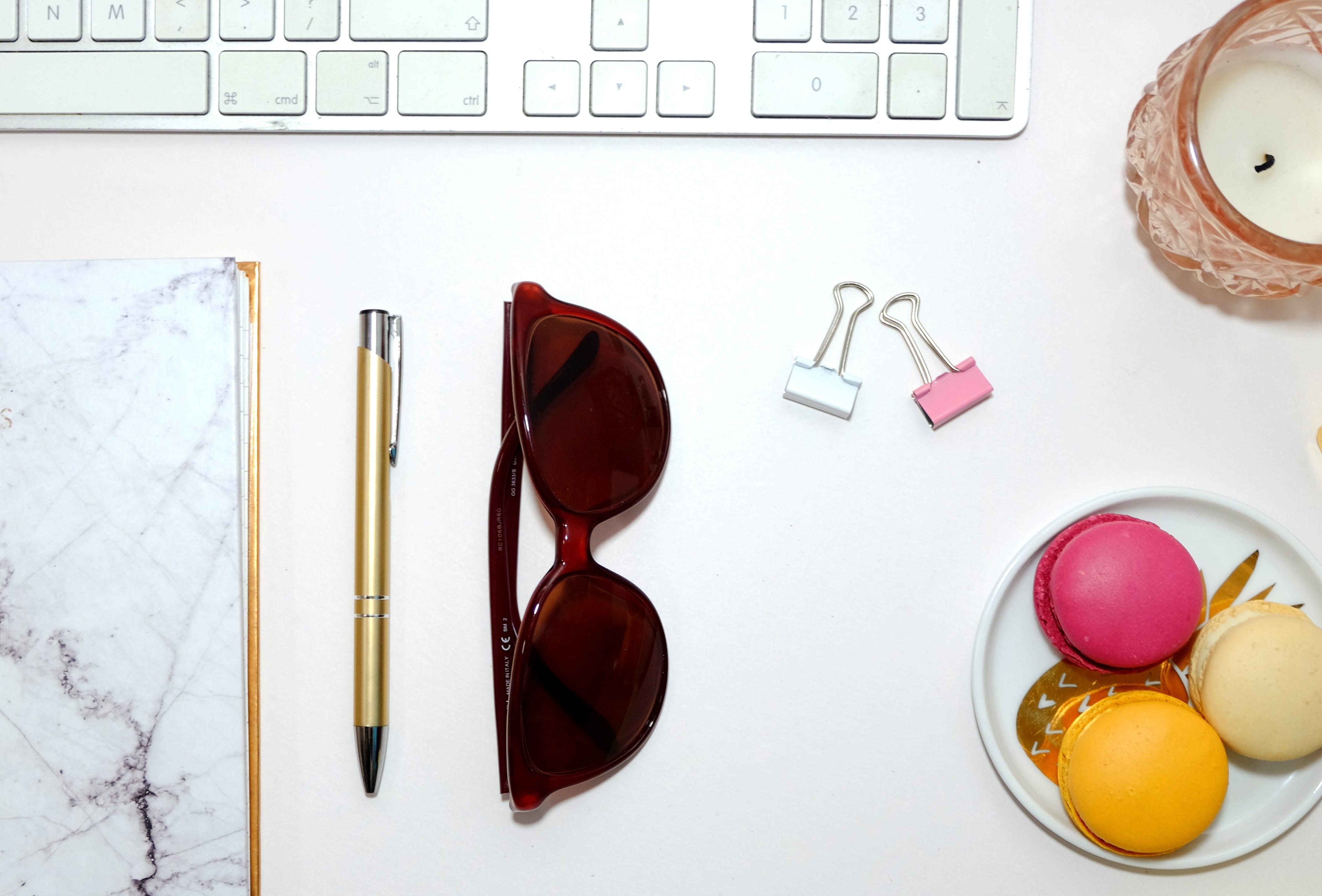 Flatlay, 墨鏡, 女孩, 書桌 的 免费素材照片